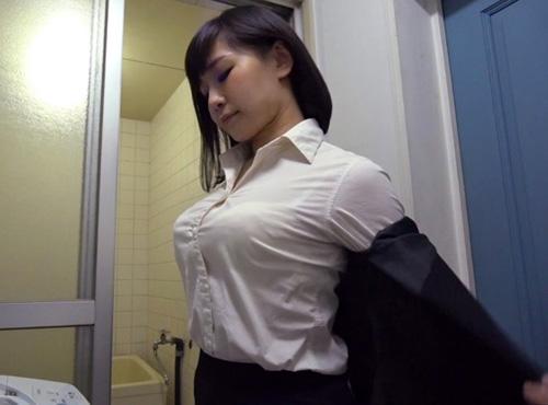 下着泥棒の学生が服の上からでもわかる爆乳な発情人妻とセックスurabideo動画