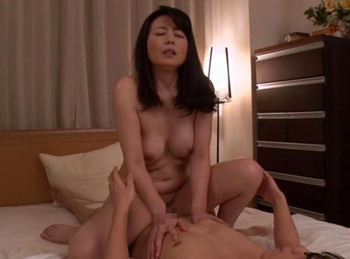 医者を目指す息子へ女の身体を教えるアダルトな母さん母子性交動画
